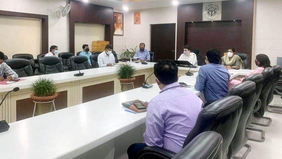 लखनऊ: कोविड के बढ़ते संक्रमण को देखते मण्डलीय अधिकारियो के साथ बैठक करते मण्डलायुक्त रंजन कुमार
