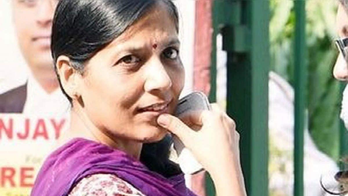 दिल्ली मुख्यमंत्री आवास पर कोरोना की दस्तक, अरविंद केजरीवाल की पत्नी कोरोना पॉजिटिव