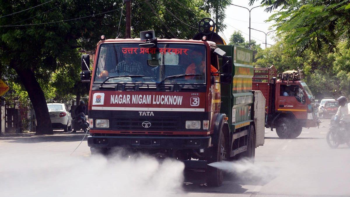 लखनऊ: इंदिरा नगर सी ब्लॉक में नगर निगम द्वारा सैनिटाइजेशन करते कर्मचारी