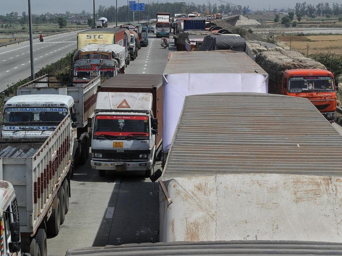 अगले 24 घंटे KMP बंद, हाइवे पर रुके ट्रक चालकों के आसपास खाने, पीने की नहीं व्यवस्था