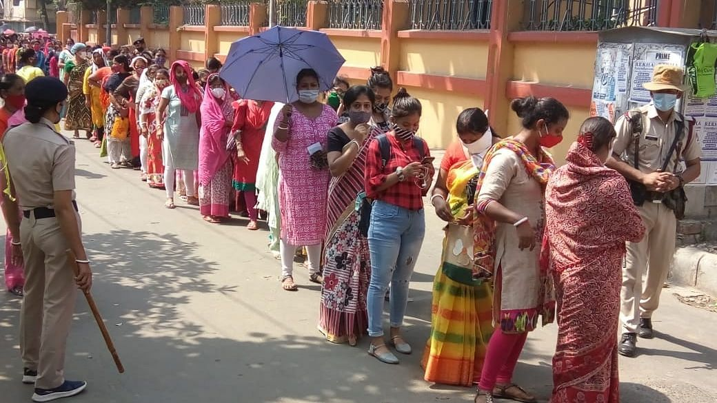 UP पंचायत चुनाव: कोरोना संक्रमण के बीच चौथे और अंतिम चरण का मतदान 17 जिलों में जारी