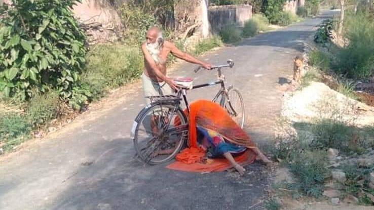 कोविड के डर से बुजुर्ग व्यक्ति साइकिल पर ले गया पत्नी का शव