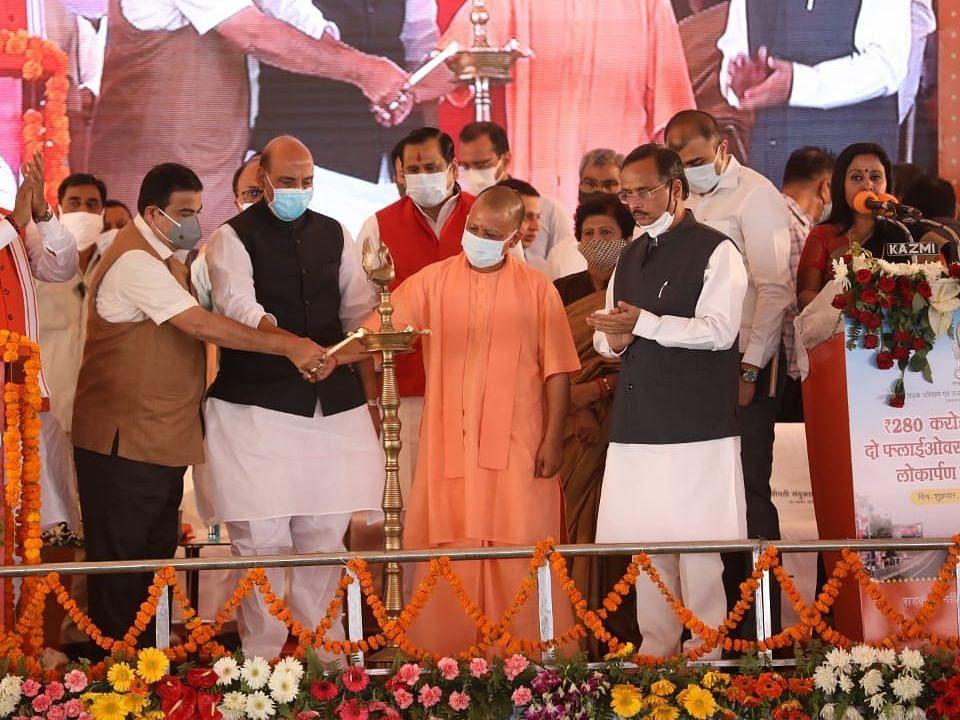 लखनऊ: मुख्यमंत्री योगी आदित्यनाथ, रक्षामंत्री राजनाथ और गडकरी ने किया पुलों का लोकार्पण और शिलान्यास