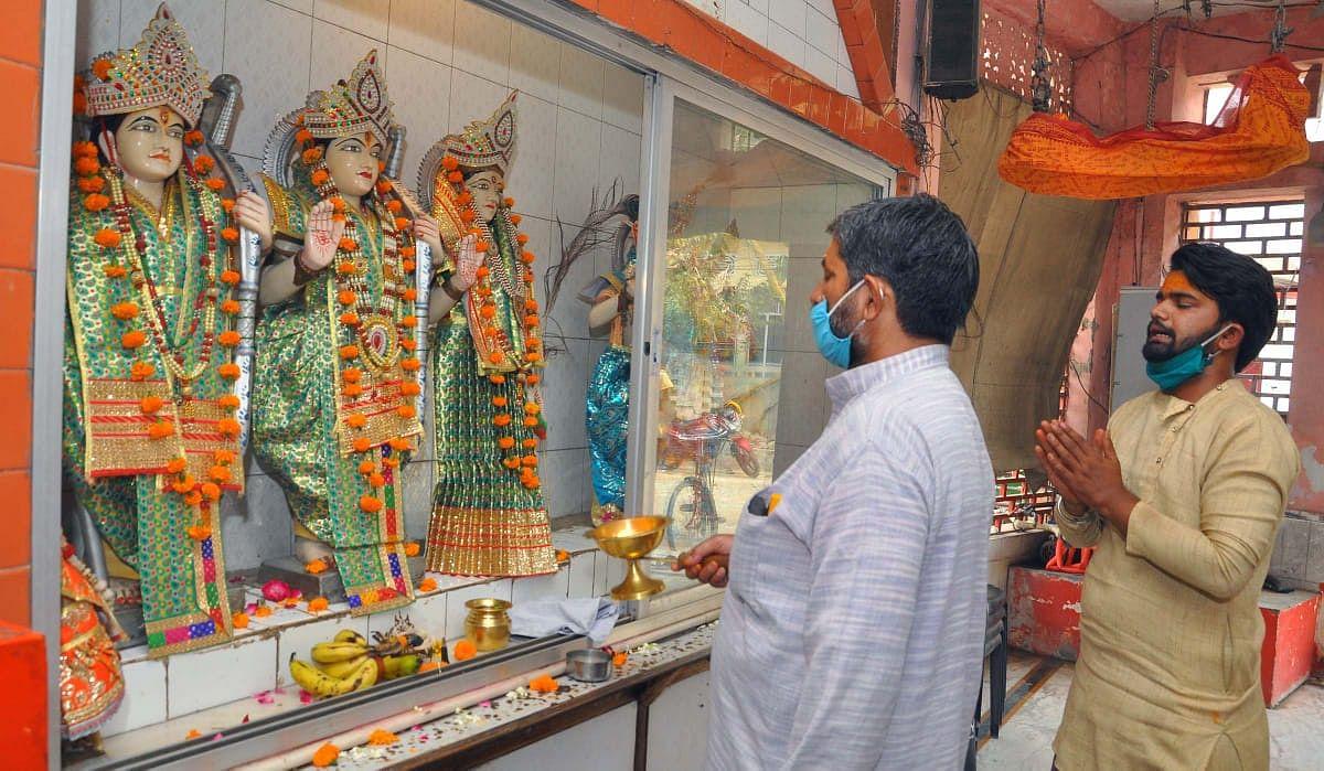 लखनऊ: नाका मे राम नवमी पर भगवान राम दरबार मे भक्तों द्वारा की गयी पूजा