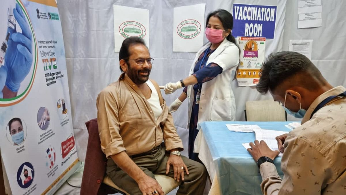 केंद्रीय मंत्री नकवी ने लगवाई कोरोना वैक्सीन की दूसरी डोज