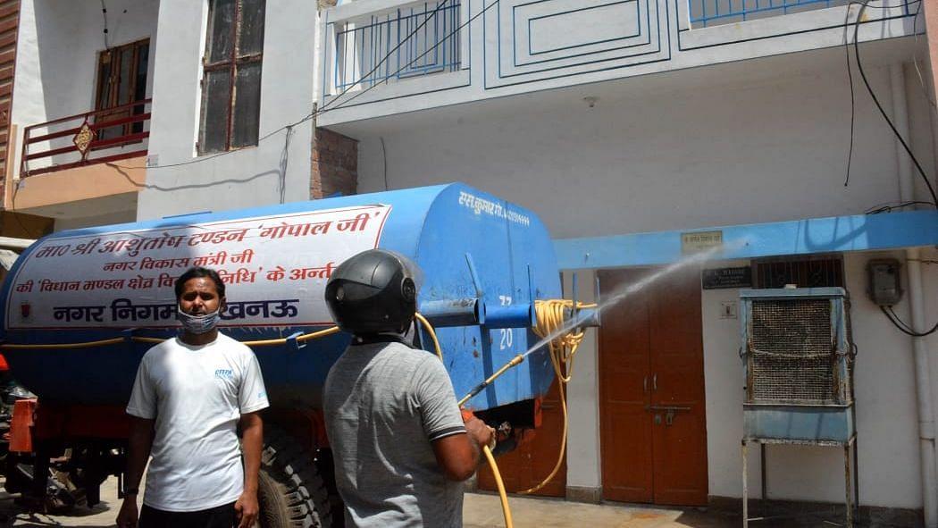 लखनऊ: अलीगंज के शेखुपुरा कालोनी मे सैनिटाइज करते नगर निगम कर्मचारी
