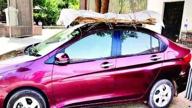 आगरा: एंबुलेंस नहीं मिली तो पिता के शव को कार की छत पर ही बांध कर बेटा पहुंचा शमशान घाट, देखें दिल चीर देने वाले तस्वीर