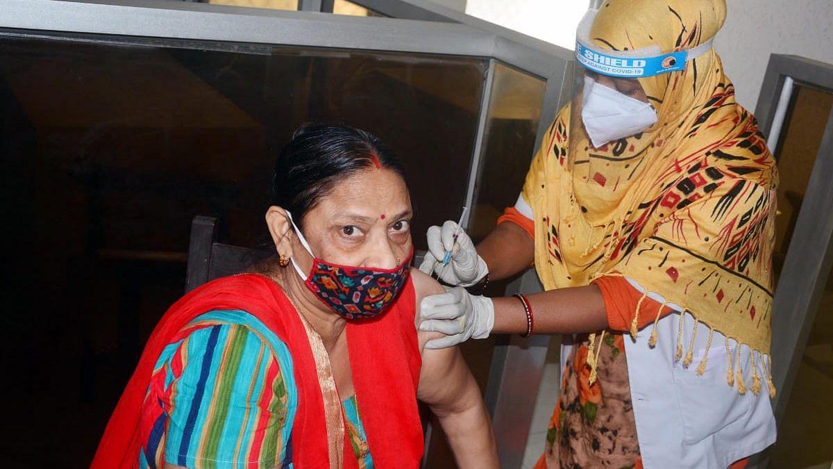 लखनऊ: इंदिरा नगर सामुदायिक स्वास्थ्य केंद्र में वैक्सीन लगाते स्वास्थ्य कर्मी