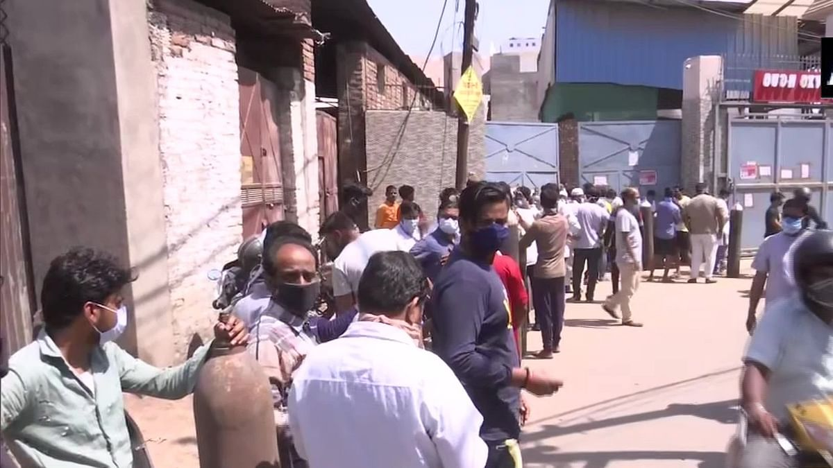 लखनऊ : ऑक्सीजन माँग रही गुस्साई भीड़ ने अफ़सरों पर किया हमला