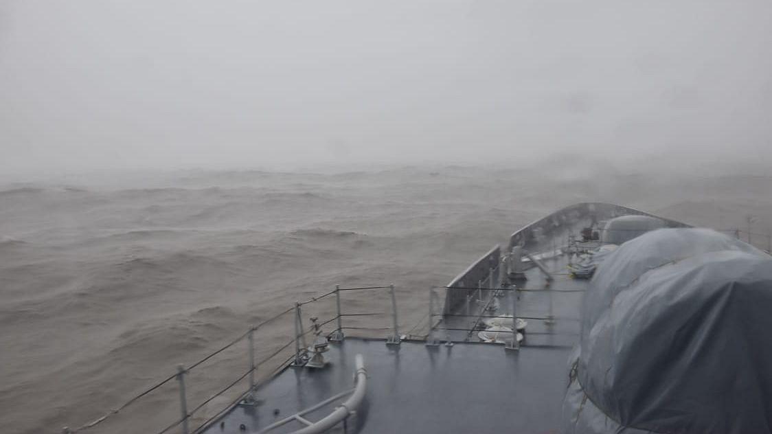 चक्रवात का प्रभाव: फंसे हुए 297 लोगों को बचाने के लिए नौसेना रवाना