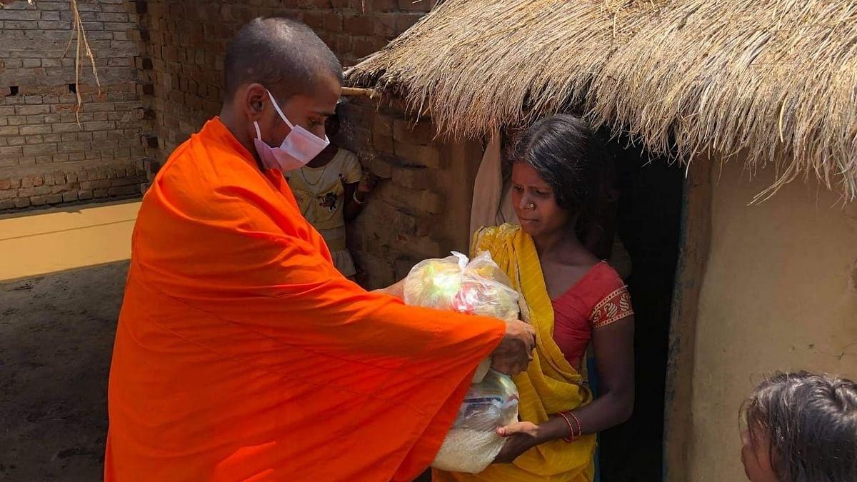 बिहार: खुद मिले दान से गरीबों की मदद कर रहा युवा बौद्ध भिक्षु
