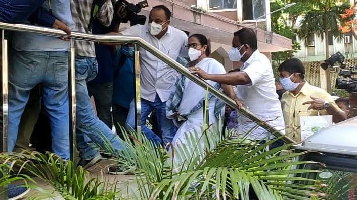 ममता ने CBI के कोलकाता कार्यालय में धरना शुरू किया