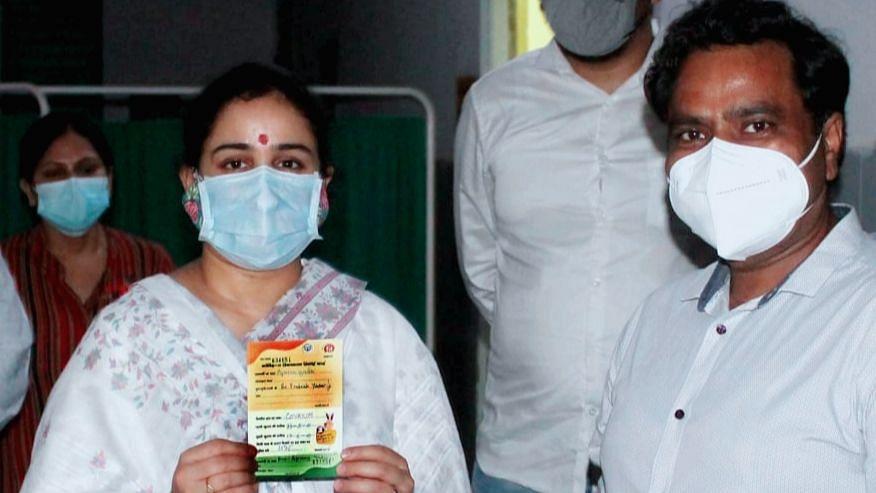 लखनऊ: लोक बंधु अस्पताल में समाज सेविका अपर्णा यादव बिष्ट ने लगवायी कोरोना वैक्सीन