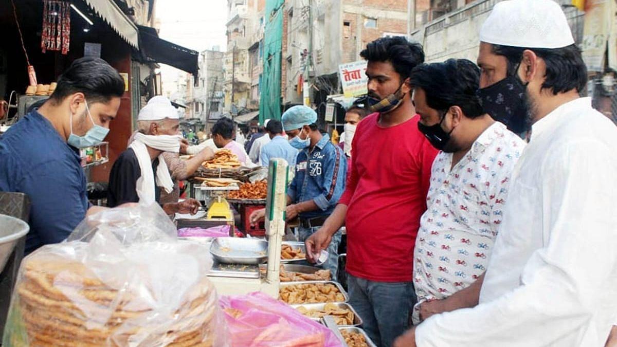 लखनऊ: रोजा अफ्तारी के लिए खरीदारी करते मुस्लिम समुदाय के लोग