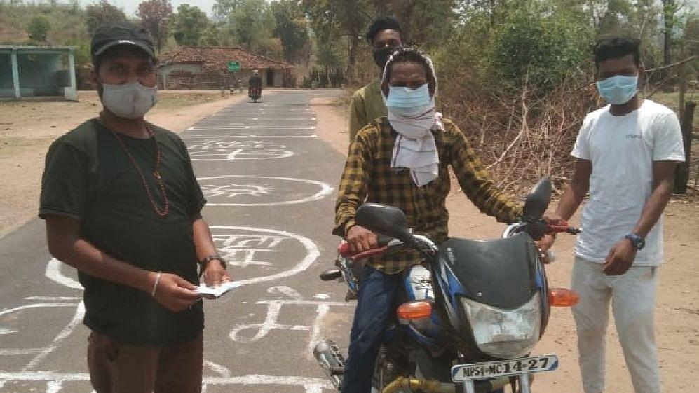 मध्य प्रदेश में कोरोना के खिलाफ खुद खड़ी होती जनता