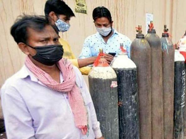 लखनऊ: तालकटोरा मिल रोड स्थित अवध गोदाम में खत्म हुई ऑक्सिजन की सूचना के बाद भी आस मे खड़े लोग