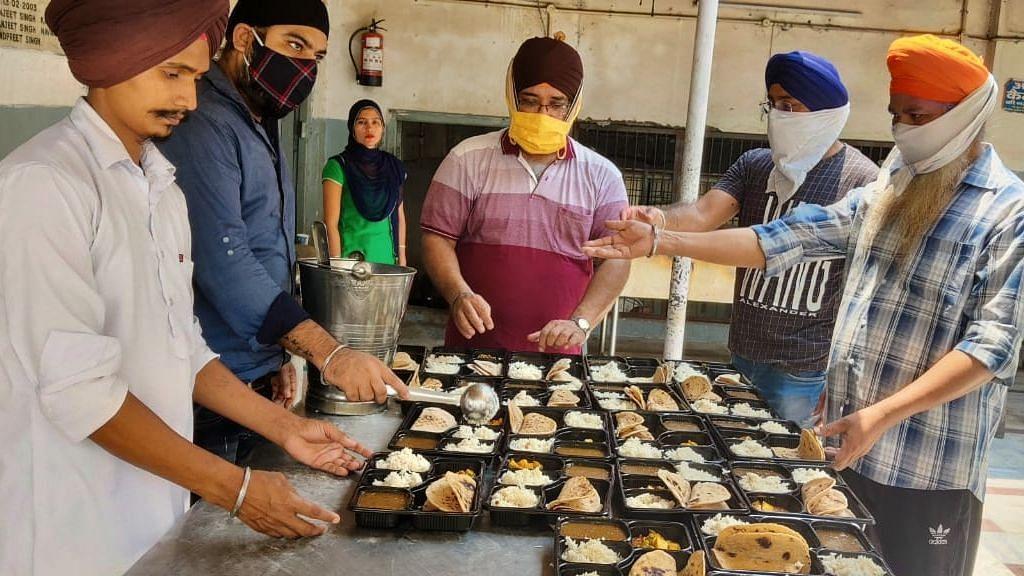 लखनऊ: गुरुद्वारा प्रबंधक कमेटी की ओर से कोरोना संक्रमित परिवारों को भेजे जा रहे भोजन  लंगर की सेवा करते सेवादार