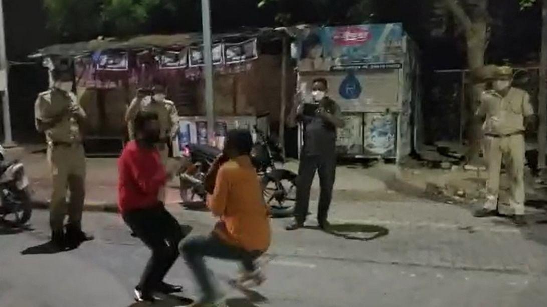 Video Viral: राजस्थान में लॉकडाउन का उल्लंघन करने पर पुलिस ने दी 'नागिन डांस' की सजा