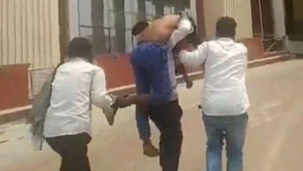 गोरखपुर मेडिकल कॉलेज : बाहर कोरोना संक्रमित ने भाई के कंधे पर दम तोड़ा, मरीज को स्ट्रेचर तक नही मिला