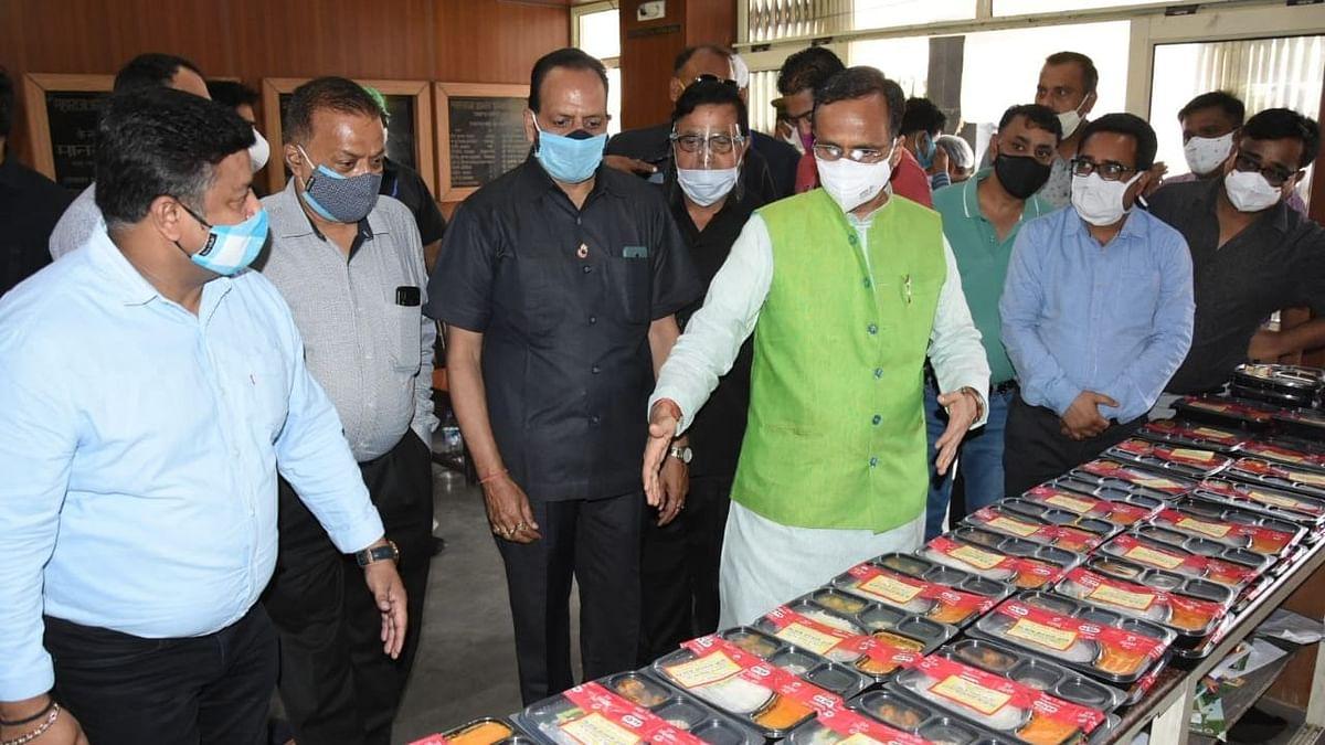 लखनऊ: मारवाड़ी कम्युनिटी किचन का निरक्षण करते उप मुख्य मंत्री डा0 दिनेश शर्मा