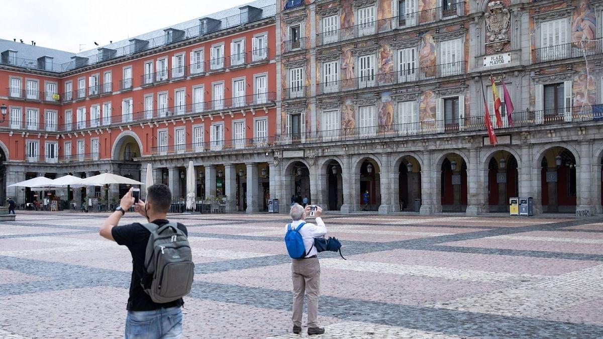 स्पेन में लॉकडाउन खत्म होने पर जश्न, विशेषज्ञों ने कहा, 'महामारी समाप्त नहीं हुई'