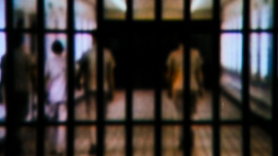 उप्र : 90 वर्षीय कैदी को अस्पताल के बेड पर जंजीर से बांधा, जेल वार्डन निलंबित