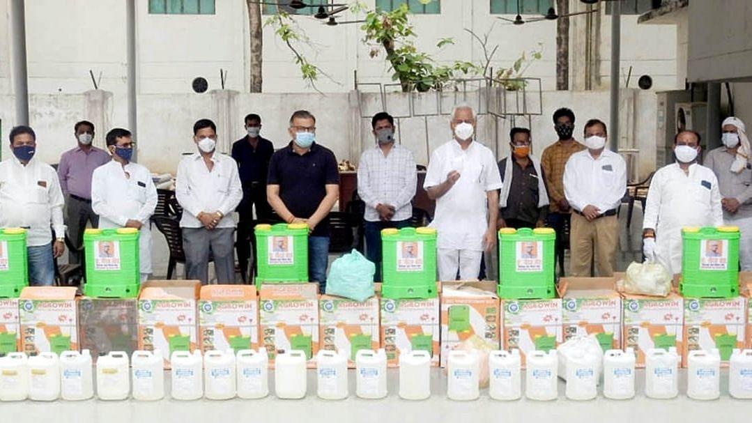 लखनऊ: विधायक डॉ नीरज बोरा ने संक्रमित मरीजों को प्रदान की दवा की किट और सैनिटाइजर मशीन