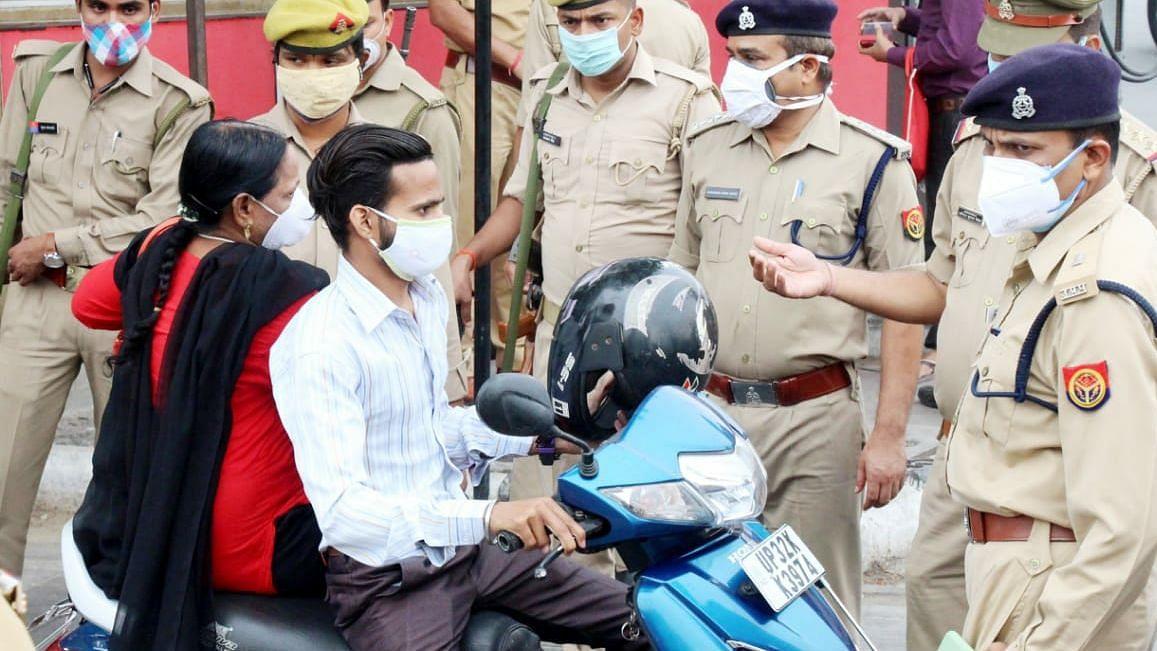 लखनऊ: अनावश्यक घरों से निकले वाहन चालकों का किया गया चालान और PAC बलों को दिये गए दिशा निर्देश