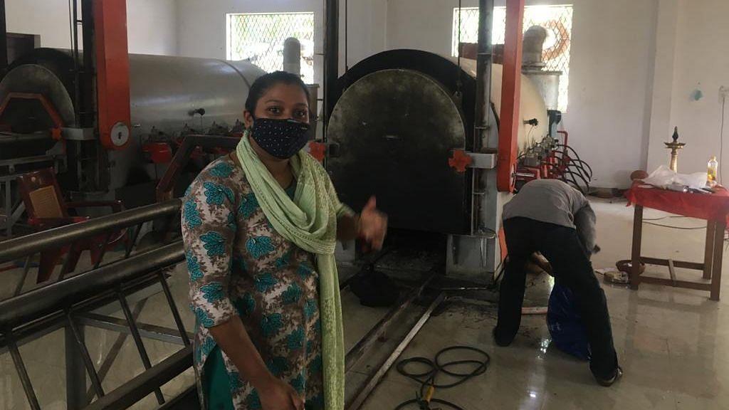 केरल: हिंदुओं के श्मशान में मुस्लिम महिला कर रही काम
