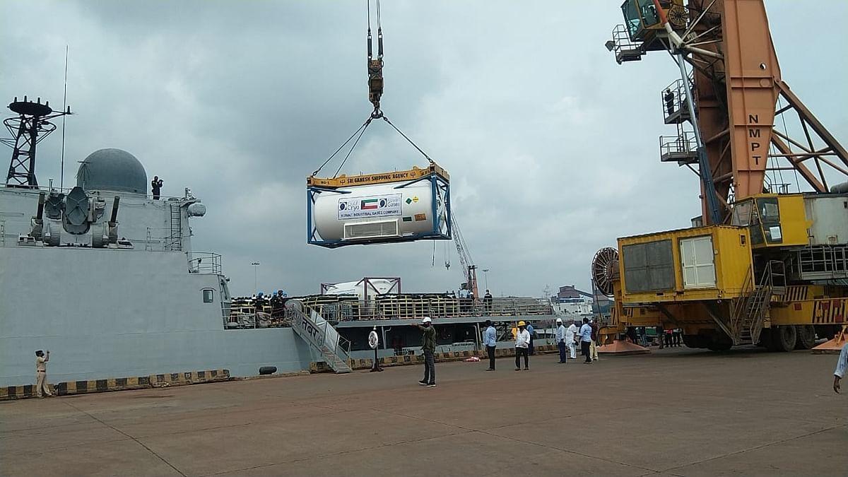 भारतीय नौसेना के 2 जहाज कुवैत से लेकर आए मेडिकल ऑक्सीजन
