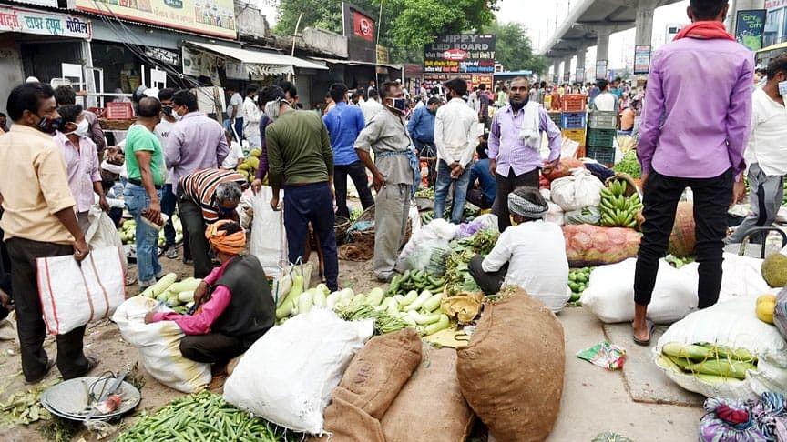 लखनऊ: आलमबाग सब्जी मण्डी में सोशल डिस्टेंसिंग का नहीं हो रहा पालन