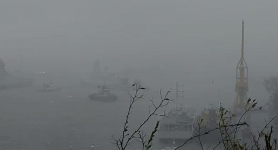 बॉम्बे हाई फील्ड के पास फंसे 273 लोगों को बचाने के लिए भारतीय नौसेना ने जहाज भेजे