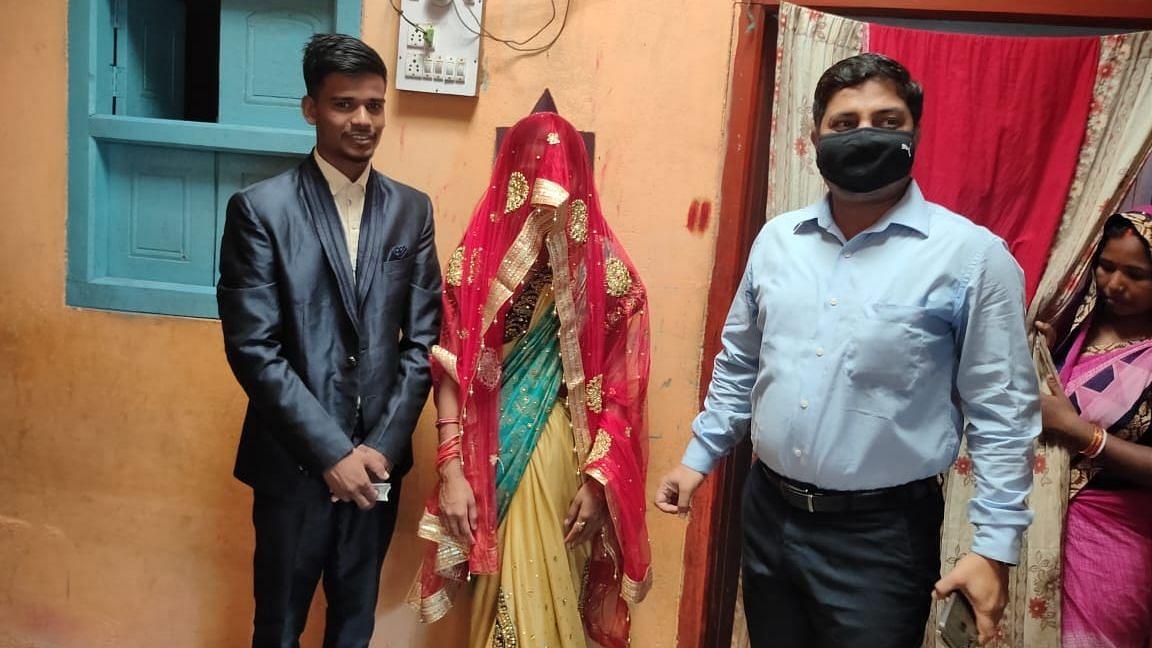 बिहार: न बैंड, न बाजा, सेहरा बांध अकेले पहुंचा दूल्हा और दुल्हन साथ लिए सात फेरे