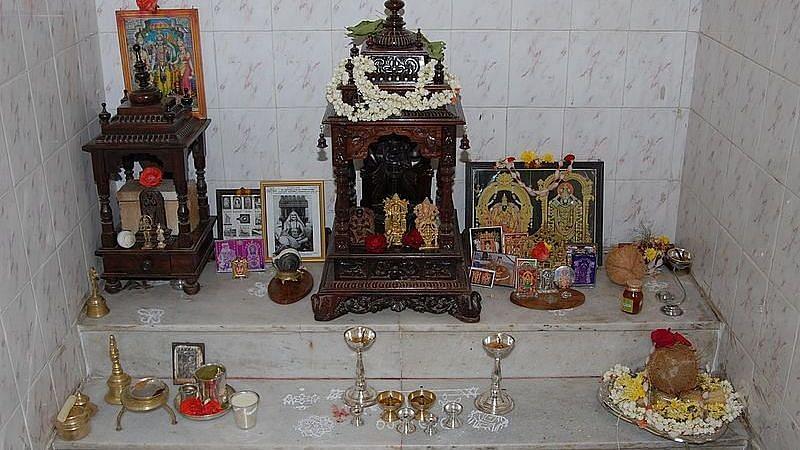 Vastu Tips: अपने पूजा घर के नीचे चुपचाप से रख दें बस ये एक चीज, गरीबी भूल जायेगी आपके घर का रास्ता
