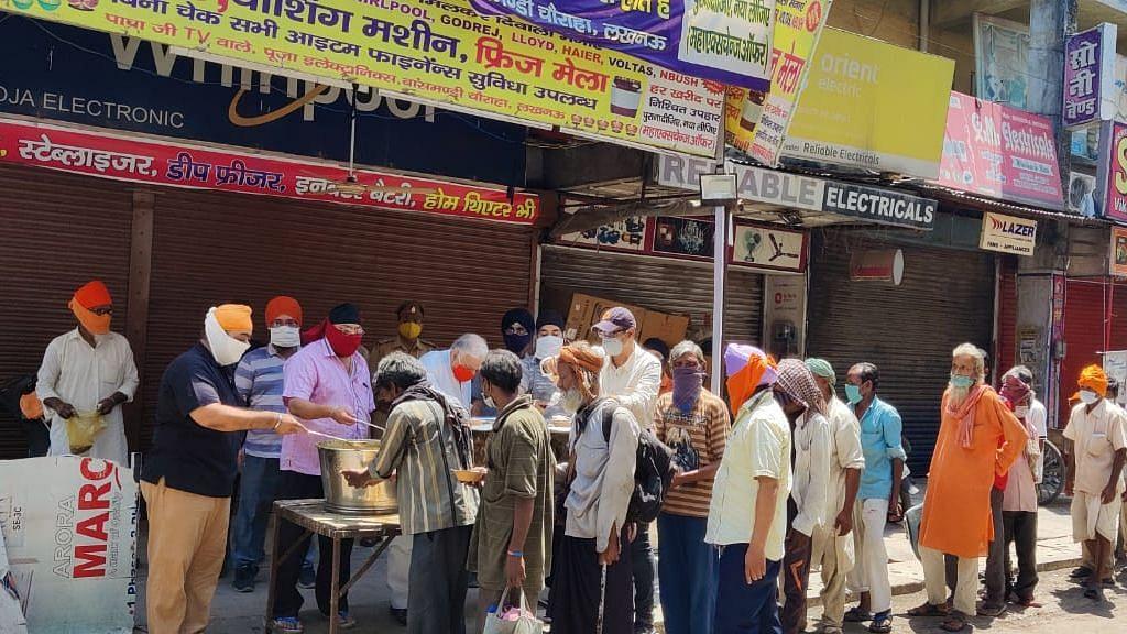 लखनऊ: नाका हिंडोला में लगा गुरु नानक का लंगर, कैंट विधायक सुरेश तिवारी जी ने भी सेवा की