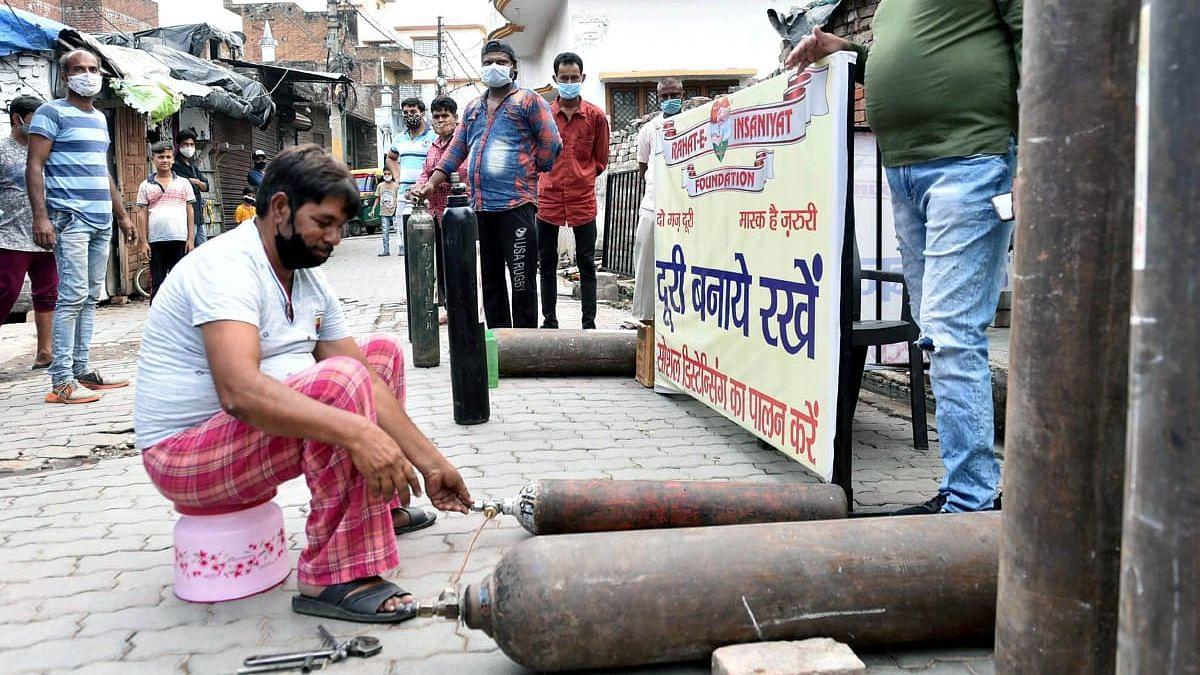 लखनऊ: मेहंदीगंज स्थित राहत फाउंडेशन द्वारा जरूरतमंद लोगों को दिए जा रहे मुफ्त आक्सीजन सिलेंडर
