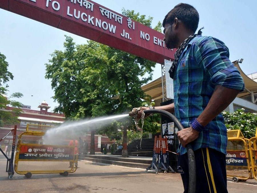 लखनऊ जंक्शन पर सैनिटाइज करता नगर निगम कर्मचारी- चारबाग