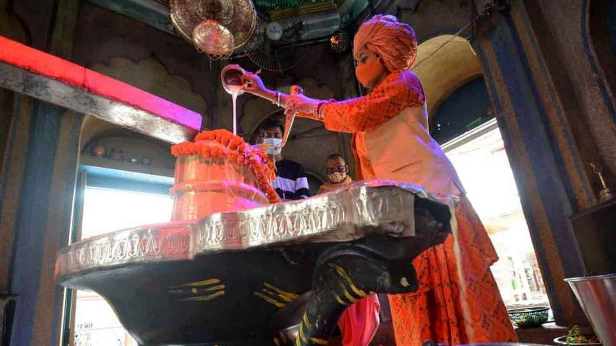 लखनऊ: डालीगंज स्थित मनकामेश्वर मंदिर में कोरोना की समाप्ति को लेकर शंकर जी की पूजा करती महंत दिव्या गिरी