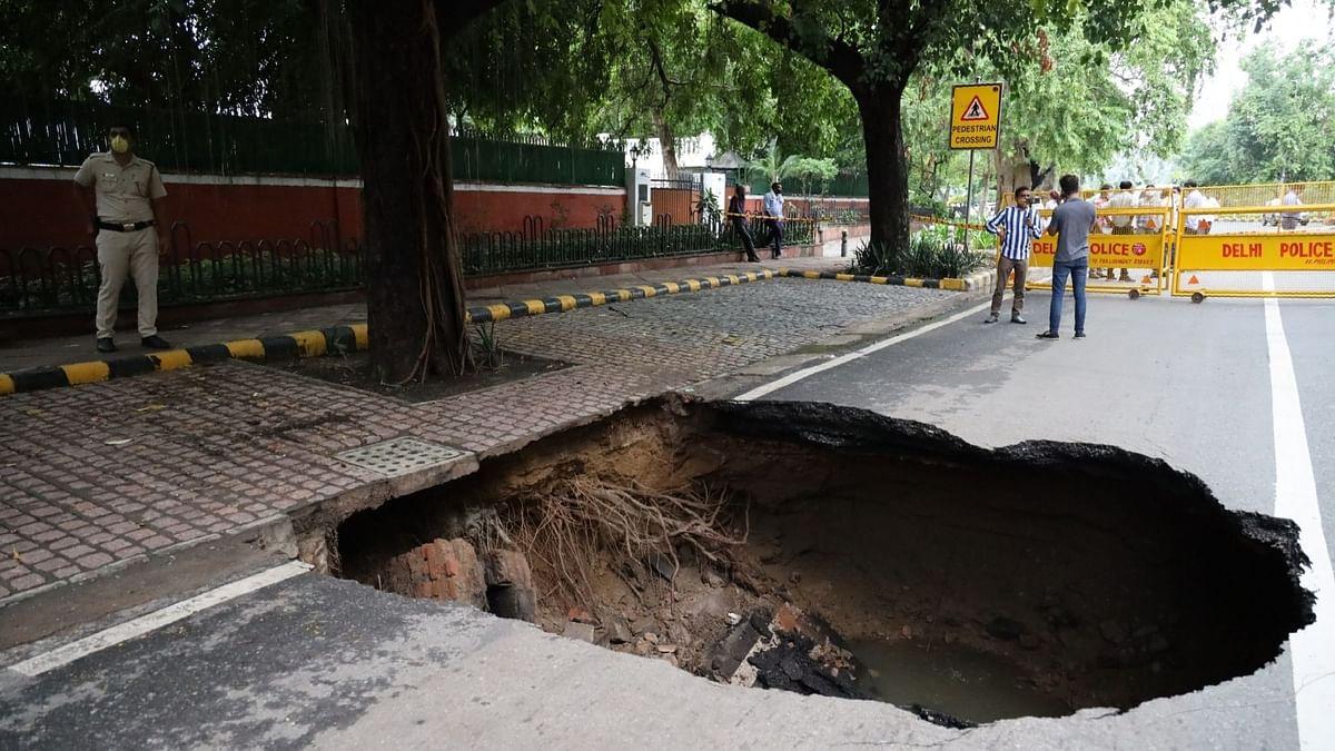 दिल्ली में बारिश के कारण धंसी सड़कें, घर भी ढहे