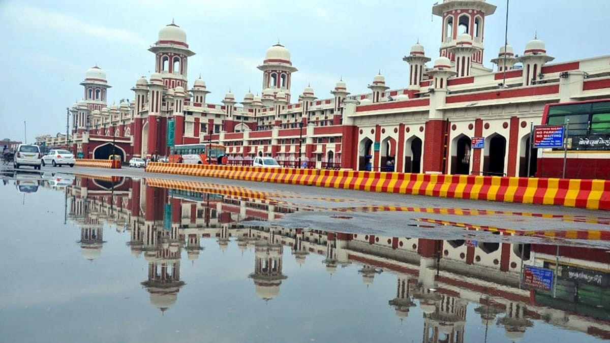 लखनऊ: मौसम हुआ सुहाना, शहर में बारिश से जगह-जगह हुआ जलभराव