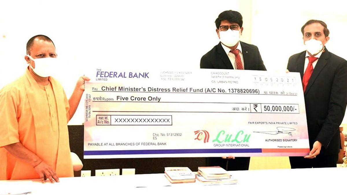 कोविड आपदा के लोगो की मदद के लिए उप्र0 के सीएम योगी को पाँच करोड़ का चेक देते लूलू ग्रुप के अध्यक्ष यूसुफ अली