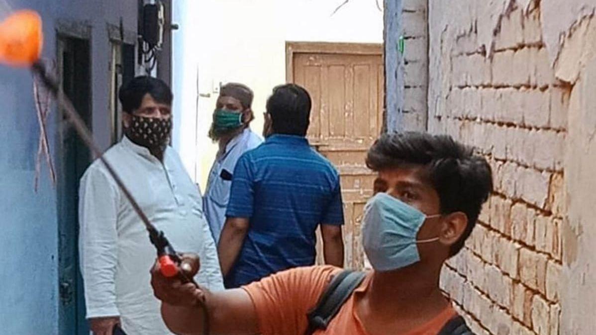 लखनऊ: गोलागंज के घरों में सैनिटाइज करते नगर निगम कर्मचारी