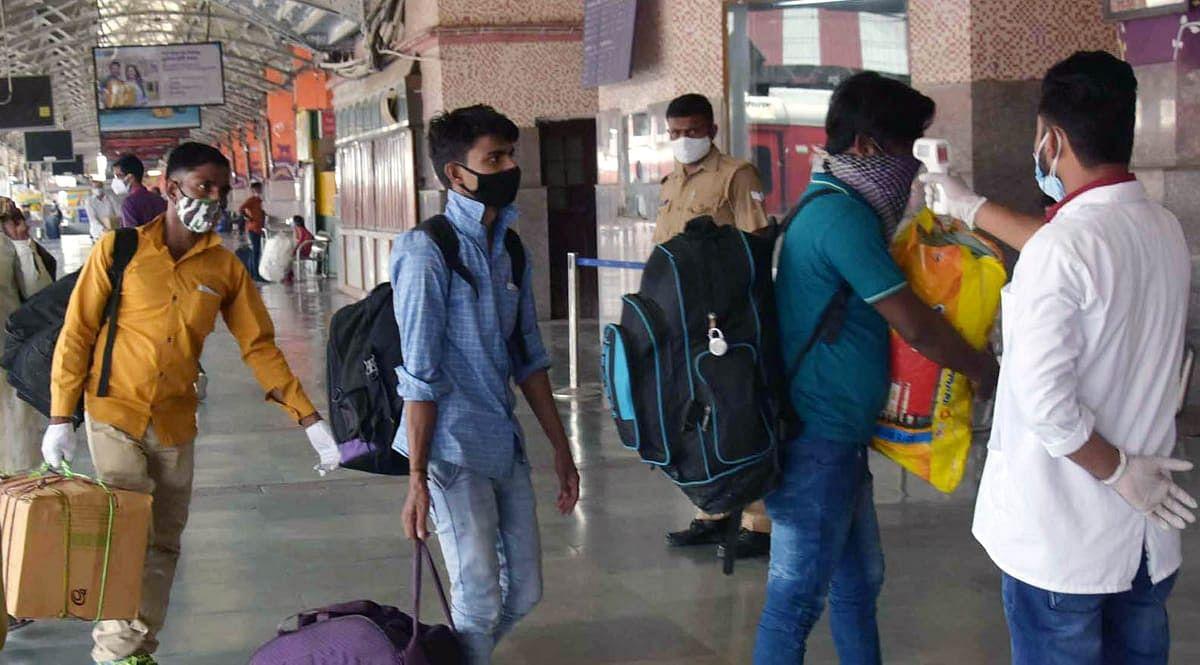 चारबाग स्टेशन पर आने वाले यात्रियों की कोविड-19 की जांच करते स्वास्थ्य कर्मी