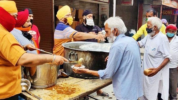 लखनऊ: नाका हिंडोला गुरुद्वारा के सभी मेंबर ने मिलकर लॉकडाउन के तहत गुरु नानक लंगर का आयोजन किया