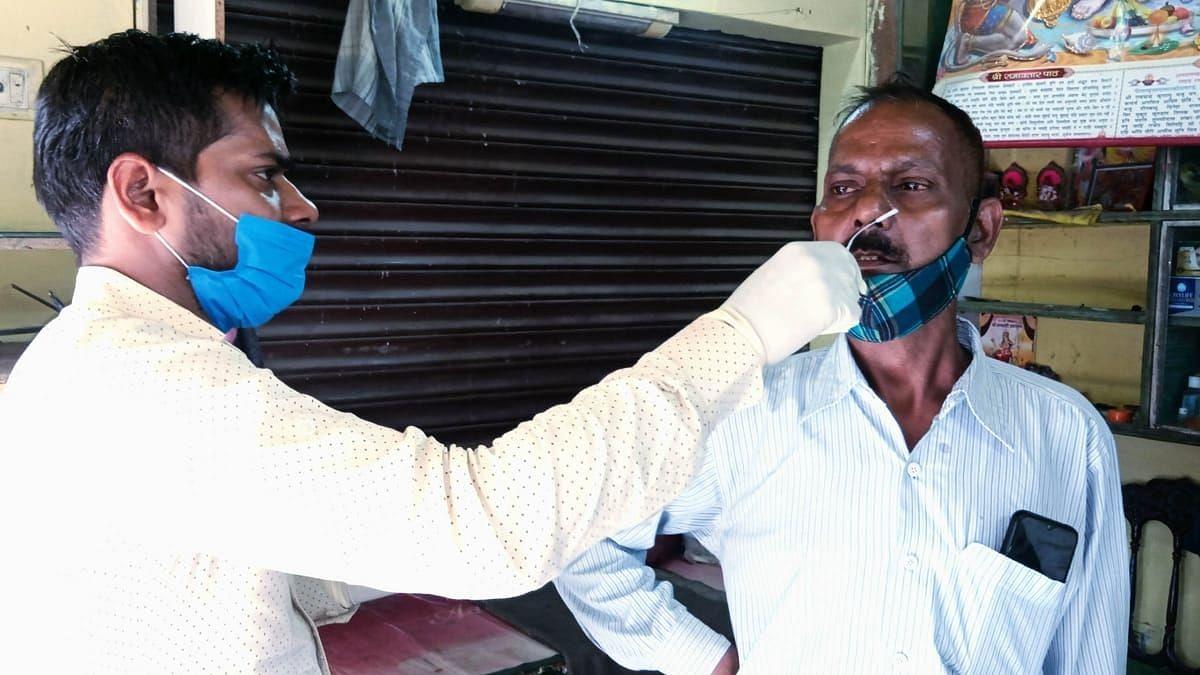 खाला बाजार क्षेत्र खजुआ चौकी के पास कोविड की जांच करते स्वास्थ्य विभाग के कर्मचारी