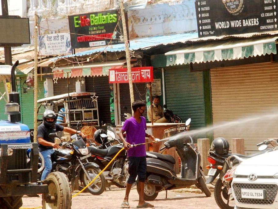 हुसैनाबाद में सैनिटाइज करते नगर निगम के कर्मचारी