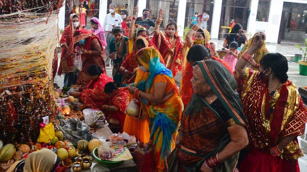 लखनऊ में गुरुवार को महिलाओं ने की वट सवित्री की पूजा