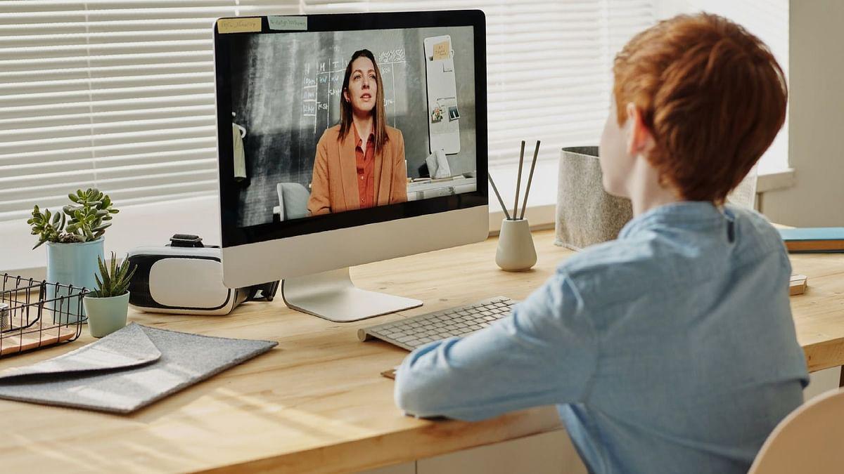 बच्चों के लिए ऑनलाइन पढ़ाई के फायदे हैं तो उसके नुकसान भी हैं, आइये जानते हैं: