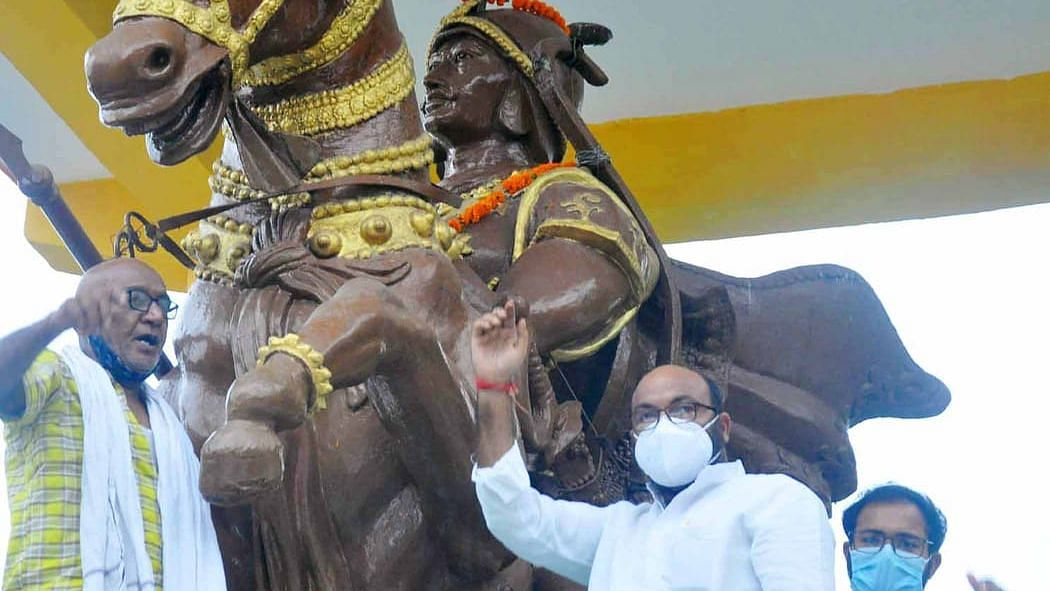 लखनऊ: महाराजा सुहेलदेव राजभर के विजय दिवस पर प्रतिमा पर श्रद्धासुमन आर्पित करते काँग्रेस प्रदेश अध्यक्ष अजय कुमार लल्लू