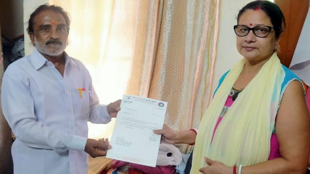 लखनऊ: लोजपा महानगर अध्यक्षा श्रीमती सुमिता बनर्जी ने सदस्यता पत्र वितरित किये